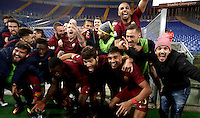 Calcio, Serie A: Lazio vs Roma. Roma, stadio Olimpico, 4 dicembre 2016.<br /> Roma's players celebrate at the end of the Italian Serie A football match between Lazio and Rome at Rome's Olympic stadium, 4 December 2016. Roma won 2-0.<br /> UPDATE IMAGES PRESS/Isabella Bonotto
