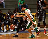 BOGOTA – COLOMBIA - 28 – 05 - 2017: David Hernandez (Izq.) jugador de Piratas, disputa el balón con Jairo Pardo (Der.) jugador de Aguilas, durante partido entre Piratas de Bogota y Aguilas de Tunja por la fecha 4 de Liga  Profesional de Baloncesto Colombiano 2017 en partido jugado en el Coliseo El Salitre de la ciudad de Bogota. / David Hernandez (L) player of Piratas, fights for the ball with Jairo Pardo (R) player of Aguilas, during a match between Piratas of Bogota and Aguilas of Tunja, of the  date 4th for La Liga  Profesional de Baloncesto Colombiano 2017, game at the El Salitre Coliseum in Bogota City. Photo: VizzorImage / Luis Ramirez / Staff.