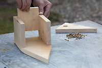 Selbstgebaute Holz-Nistkästen, Nistkasten für Vögel aus Holz, Vogelkasten, Meisenkasten selber bauen, selbst bauen, Basteln, Bastelei. Schritt 4: der Boden des Nistkastens wird eingesetzt und mit den Seitenwänden und der Rückwand verschraubt