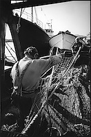 Europe/France/Provence-Alpes-Côte d'Azur/13/Bouches-du-Rhône/Marseille:Pécheur ravaudant ses filets au port de pèche de  Saumaty