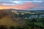 Great Britain, England, Dorset, Ruins of Corfe castle and village at sunrise | Grossbritannien, England, Dorset, Corfe Castle: Schlossruine oberhalb des Dorfes, Sonnenaufgang