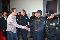 Cuernavaca, Mor.- Durante los primeros minutos del 2016, el alcalde de Cuernavaca, Cuauhtémoc Blanco, asumió la responsabilidad de la seguridad en la capital de Morelos, al concluir el convenio con el mando único, por lo que fue retirado armamento y equipo de radiocomunicación a los elementos. <br /> <br /> Además, tomó protesta a una parte de su gabinete, incluida la Secretaría de Seguridad Ciudadana. <br /> <br /> Fotos: Noé Knapp