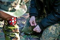 """UKRAINE, 04.2014, Kiew. Rechtsextremes Kampfbuendnis """"Rechter Sektor"""": Geheimes Waffen-Trainingslager der ultranationalistischen, faschistischen UNA-UNSO in einem Wald nahe der Hauptstadt.   Right wing extremist combat alliance """"Right Sector"""": Secret arms training camp of the ultra-nationalist fascist organization UNA-UNSO in a forest near Kiev. © Arturas Morozovas/EST&OST"""