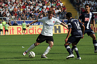 Patrick Ochs (Eintracht Frankfurt) im Zweikampf mit Lucio Cajueiro Souza (Hertha BSC Berlin)