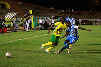 NEIVA - COLOMBIA -07 -02-2015: Elvis Perlaza (Izq.) jugador de Atletico Huila disputa el balón con Wilder Salazar (Der.) jugador de Jaguares FC, durante partido entre Atletico Huila y Jaguares FC, por la fecha 2 de la Liga Aguila I-2015, jugado en el estadio Guillermo Plazas Alcid de la ciudad de Neiva. / Elvis Perlaza (L) player of Atletico Huila, vies for the ball with Wilder Salazar (R) jugadorof Jaguares FC, during a match between Atletico Huila and Jaguares FC for the  date 1 of the Liga Aguila I-2015 at the Guillermo Plazas Alcid Stadium in Neiva city, Photo: VizzorImage / Chello Petro / Str.