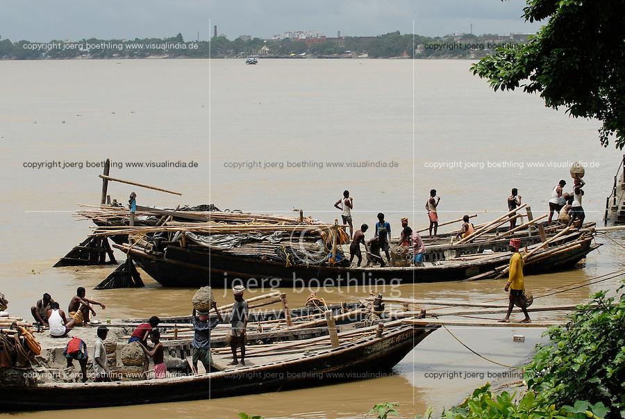 INDIA Westbengal Calcutta Kolkata, wooden freight boat on river hooghli, unloading of clay for sculpture workshops in Kumartuli  / INDIEN Westbengalen, Kalkutta, Holzboot mit Fraucht auf dem Fluss Hugli, ein Nebenfluss des Ganges, Ausladen von Lehm fuer die Skulpturwerkstaetten in Kumartuli