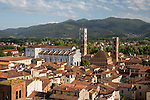 Italy, Tuscany, Lucca: View over city to Duomo di San Martino | Italien, Toskana, Lucca: Blick ueber die Altstadt mit dem Dom San Martino