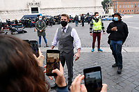 Actor Tom Cruise talking and making selfie with his fans during a pause on the set of the film Mission Impossible 7 in Piazza Venezia, just in front of the Victor Emmanuel II Monument (Tomb of the Unknown Soldier). <br /> Rome (Italy), November 29th 2020<br /> Photo Samantha Zucchi Insidefoto