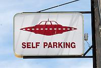 4415 /Little A'Le'Inn: AMERIKA, VEREINIGTE STAATEN VON AMERIKA, NEVADA,  (AMERICA, UNITED STATES OF AMERICA), 03.06.2006: Untertassenparkplatz. Eine kleine Kneipe, das Little A'Le'Inn, mit Bildern von UFO-Sichtungen an den Wänden und einem gehörigen Stapel zum Thema passenden Lesestoffs, laedt Reisende zur Rast. Auch Essen und Uebernachtungen werden dort angeboten. Einige Besucher hatten dort sogar ihre eigene Begegnung der dritten Art, in Form von unueblichen Lichterscheinungen entlang des Highways 375, der mittlerweile auch offiziell Extraterrestrial Highway heisst. In den meisten Faellen ließen sich diese Erscheinungen jedoch auf Kampfjets des Uebungsgelaendes Nellis Range zurueckfuehren...