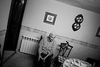 2012-12-26. Pereña, Salamanca.. Victoria Martín tiene 85 años y se ha roto la pierna. Solo tiene la ayuda de su hermana Concha, también octogenaria. Victoria  es paciente de Luis Rodríguez, médico rural en la comarca de Las Arribes (Salamanca), una de las más envejecidas y despobladas de España. La mayoría de los pacientes de esta zona son octogenarios que viven en municipios de menos de 500 habitantes como Pereña o Cabeza de Framontanos. El trabajo del médico rural es similar al de cualquier médico de familia, salvo por las largas distancias que tienen que recorrer para visitar a los pacientes. En algunos pueblos no hay ni siquiera dispensario y es el doctor el que se desplaza a las casas. Esta profesión tampoco se libra de los recortes sanitarios. Por ejemplo, Castilla y León ha decidido suprimir las guardias médicas rurales en 16 puntos de su geografía. (c) Pedro ARMESTRE.<br />  Victoria Martín is 85 years old and she has her leg broken. Victoria only has the aid of her sister, but she is also very old. Victoria is one of the patients of Luis Rodríguez, a rural doctor in the region of Las Arribes (Salamanca), one of the most aged and depopulated of Spain. The majority of the patients of this zone are octogenarian that live in very small towns with no more than 500 inhabitants as Pereña or Cabeza de Framontanos. The work of the rural doctor is similar to any other general doctor, except for the long distances that they have to cross. The rural doctor usually moves with his car to the houses of the patients in zones with difficulties to access. The development and the cuts in the budget of the Spanish health can make eliminate this profession. (c) Pedro ARMESTRE