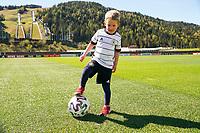 Max (4J.) freut sich auf die Nationalmannschaft und testet schon einmal den Trainingsplatz (Model released) - Seefeld 26.05.2021: Trainingslager der Deutschen Nationalmannschaft zur EM-Vorbereitung