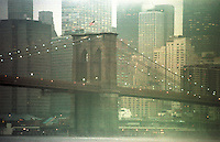 Der Finacial District Manhattans, gesehen von East River, hinter der Brooklyn Bridge.<br /> New York City, 28.12.1998<br /> Copyright: Christian-Ditsch.de<br /> [Inhaltsveraendernde Manipulation des Fotos nur nach ausdruecklicher Genehmigung des Fotografen. Vereinbarungen ueber Abtretung von Persoenlichkeitsrechten/Model Release der abgebildeten Person/Personen liegen nicht vor. NO MODEL RELEASE! Don't publish without copyright Christian-Ditsch.de, Veroeffentlichung nur mit Fotografennennung, sowie gegen Honorar, MwSt. und Beleg. Konto:, I N G - D i B a, IBAN DE58500105175400192269, BIC INGDDEFFXXX, Kontakt: post@christian-ditsch.de]
