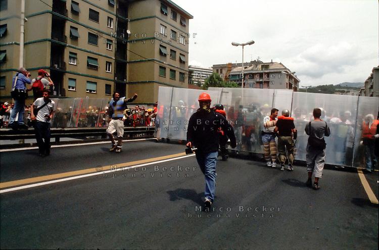 genova luglio 2001, proteste contro il g8. barricate di protezione dei manifestanti--- genoa july 2001, protests against g8 summit. protection barricades of the demonstrators
