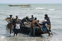 - unload of a fishing boat on the beach ....- scarico di una barca da pesca sulla spiaggia