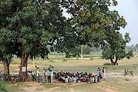 INDIA Jharkhand, NGO Birsa organise Adivasi to fight for their land rights, meeting in village Debrbir / INDIEN , Bundesstaat Jharkhand , Chaibasa , Dorfversammlung mit Adivasi und NGO Birsa im Dorf Debrbi , NGO BIRSA organisiert Adivasi im Kampf fuer Menschenrechte und Landrechte, Doerfer und Land der indischen Ureinwohner sind durch Bergbau und Industrieprojekte bedroht und es droht illegale Landnahme und Vertreibung
