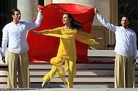 Ballerini si esibiscono prima dell'arrivo di Papa Francesco all'incontro con i fidanzati, in occasione della ricorrenza di San Valentino in Piazza San Pietro,  Citta' del Vaticano, 14 febbraio 2014.<br /> Dancers perform before the arrival of Pope Francis for his meeting with engaged couples, in occasion of the St. Valentine's Day in St. Peter's square at the Vatican, 14 February 2014.<br /> UPDATE IMAGES PRESS/Isabella Bonotto<br /> <br /> STRICTLY ONLY FOR EDITORIAL USE