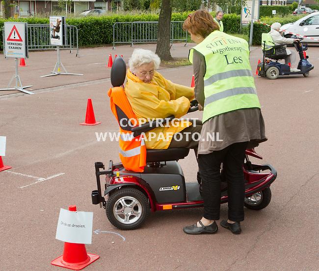 Eefde, 050612<br /> Stichting ouderenwerk Lochem organiseert les in scootmobiel rijden. Mevrouw Holdman uit Eefde leert om haar as te draaien<br /> <br /> Foto: Sjef Prins - APA Foto