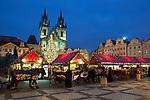 Tschechien, Boehmen, Prag: Weihnachtsmarkt vor der Teynkirche auf dem Altstaedter Ring, dem zentralen Marktplatz in der Altstadt | Czech Republic, Bohemia, Prague: Christmas Market in the Old Town Square with Church of Our Lady before Tyn