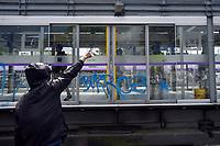 BOGOTA - COLOMBIA, 28-11-2018: Expresiones de protesta son pintadas en una estación de Transmilenio en Bogotá durante la jornada en donde miles de estudiantes nuevamente salen a protestar hoy, 28 de noviembre de 2018, contra el gobierno Duque por la falta de recursos en la educación. / Protest expressions are drws over Transmilenio in Bogota during the journey where thousands of student go to the streets to protest today, November 23, 2018, against the central goverment for the lack of bugdget to the education. Photo: VizzorImage / Nicolas Aleman / Cont