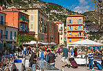 Frankreich, Provence-Alpes-Côte d'Azur, Villefranche-sur-Mer: Antikmarkt am Place Amélie-Pollonais, im Hintergrund das Welcome Hotel | France, Provence-Alpes-Côte d'Azur, Villefranche-sur-Mer: antique market at square Place Amélie-Pollonais with Welcome Hotel