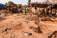 MALI, Kayes, Sadiola, artisanl gold mining, panning place / Klein-Goldbergbau, Goldwäscher