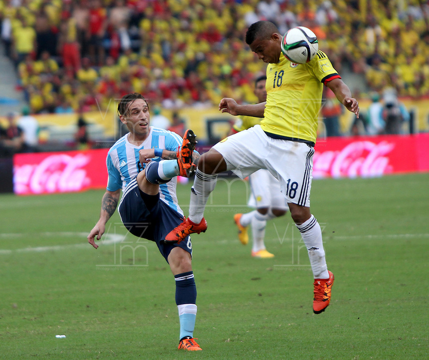BARRANQUILLA  -COLOMBIA , 17 ,NOVIEMBRE-2015. Frank Fabra jugador de Colombia   disputa el balon con Lucas Biglia  de Argentina    por la fecha 4 de las eliminatorias para el mundial de Rusia 2018 jugado en el estadio Metropolita Roberto Meléndez./ Frank Fabra of Colombia fights for the ball with Lucas Biglia of Argentina  during   a match between Colombia and Argentina as part of FIFA 2018 World Cup Qualifier fourt date at Metropolitano Roberto Melendez Stadium on November 17, 2015 in Barranquilla, Colombia. Photo: VizzorImage / Felipe Caicedo / Staff