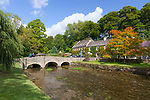 United Kingdom, England, Gloucestershire, Cotswolds, Bibury: The Swan Hotel in autumn | Grossbritannien, England, Gloucestershire, Cotswolds, Bibury: The Swan Hotel im Herbst