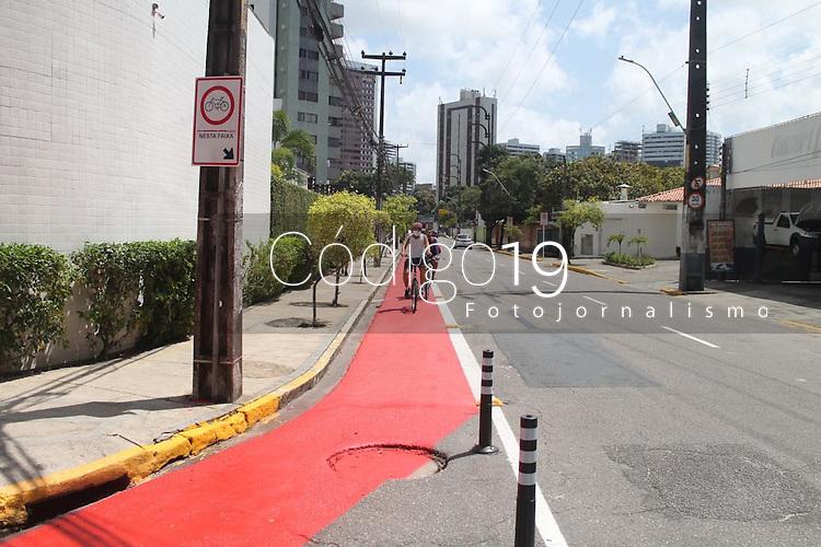 """Recife (PE), 17/11/2020 - Ciclistas utilizando as ciclofaixas no Recife. O aumento da malha cicloviária está entre as principais iniciativas para redução do carbono. A cidade do Recife foi reconhecida como uma das 88 cidades globais que integra a conceituada """"Lista A"""" do Carbon Disclosure Program (CDP), programa sem fins lucrativos que reconhece iniciativas para reduzir emissões e atenuar as mudanças climáticas. A avaliação do CDP, baseada nos relatórios de reporte de dados referentes ao ano de 2019, destaca o compromisso da cidade com a transparência e a avaliação de seu posicionamento sustentável em práticas de adaptação, mitigação e metas ambiciosas. No Brasil, apenas Recife e Rio de Janeiro integram a lista neste ano."""