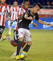 BARRANQUIILLA -COLOMBIA-14-SEPTIEMBRE -2014.  Luis Quinonez   (Izq) del Atletico junior  disputa el balon con Walmer Pacheco  de Uniautonoma , partido de la Liga  Postobon Novena  fecha disputado en el estadio Metroplitano.  / Luis Quinonez  (L) of Atletico Junior dispute the ball with Wlame Pacheco  of Uniautonoma, party date Ninth Postobon League match at the Metropolitano stadium. Photo: VizzorImage / Alfonso Cervantes / Stringer