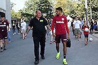 Michael Hector (Eintracht Frankfurt) wird auf dem Weg zum ersten Training mit der Eintracht von den Fans begrüßt - Eintracht Frankfurt Training, Commerzbank Arena