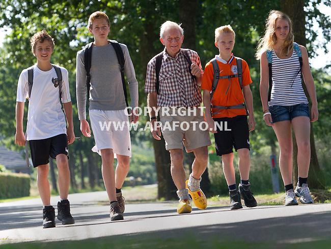 Hummelo, 310612<br /> VLNR: kleinkind Niko, kleinkind Sander, Opa Gerrit, kleinkind Hendrik en kleinkind Lauri.<br /> Ze gaan de vierdaagse in Nijmegen lopen.<br /> Foto: Sjef Prins - APA Foto
