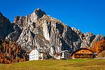Italien, Suedtirol (Trentino-Alto Adige), Abtei (Badia): Bergbauernhaeuser vor Fanesgruppe | Italy, South Tyrol (Trentino-Alto Adige), Badia: mountain farmhouses and Gruppo di Fanis mountains
