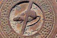 Kanaldeckel in Gudhjem auf der Insel Bornholm, Dänemark, Europa<br /> sewer cover in Gudhhjem, Isle of Bornholm Denmark