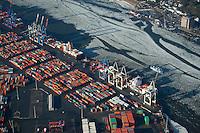 Burchardkai: EUROPA, DEUTSCHLAND, HAMBURG, (EUROPE, GERMANY), 02.02.2014 Der HHLA Container Terminal Burchardkai ist die groesste und aelteste Anlage für den Containerumschlag im Hamburger Hafen. Hier, wo 1968 die ersten Stahlboxen abgefertigt wurden, wird heute etwa jeder dritte Container des Hamburger Hafens umgeschlagen. 25 Containerbruecken arbeiten an den Tausenden Schiffen, die hier jaehrlich festmachen, und taeglich werden mehrere Hundert Eisenbahnwaggons be- und entladen. Mit dem laufenden Aus- und Modernisierungsprogramm wird die Kapazität des Terminals in den kommenden Jahren schrittweise ausgebaut.