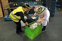 Nederland - Amsterdam - Oktober 2020.    Voedselbank. Uitgiftepunt Noord Banne Buikslootlaan. De voedselbank verzorgt pakketen voor mensen met een minimuminkomen. Op de foto twee medewerkers aan het werk.  Foto mag niet in negatieve / schadelijke context gepubliceerd worden.   Foto : ANP/ HH / Berlinda van Dam