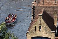 Belgique, Flandre-Occidentale, Bruges, centre historique classé Patrimoine Mondial de l'UNESCO, Bateau de touristes en croisière sur les canaux et maisons flamandes //  Belgium, Western Flanders, Bruges, historical centre listed as World Heritage by UNESCO, Tourist boat cruise on the canals and Flemish houses