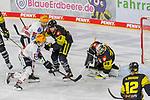 Krefelds Mirko Sacher (Nr.19) sichert Krefelds Marvin Cuepper (Nr.39) gegen Bremerhavens ZIGAJEGLIC (Nr.13) und Bremerhavens MIHAVERLIC (Nr.91)  beim Spiel in der Gruppe Nord der DEL, Krefeld Pinguine (schwarz) – Fischtown Pinguins Bremerhaven (weiss).<br /> <br /> Foto © PIX-Sportfotos.de *** Foto ist honorarpflichtig! *** Auf Anfrage in hoeherer Qualitaet/Aufloesung. Belegexemplar erbeten. Veroeffentlichung ausschliesslich fuer journalistisch-publizistische Zwecke. For editorial use only.