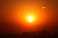 SÃO PAULO, SP, 22/08/2012, TEMPO SECO. Por do sol na cidade de São Paulo, em mais um dia sem chuvas. Luiz Guarnieri/ Brazil Photo Press