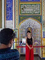 Fotografieren in der Festung Ark in Buchara, Usbekistan, Asien, UNESCO-Weltkulturerbe<br /> taking pictures in the fortress, Historic City of Bukhara, Uzbekistan, Asia, UNESCO Heritage Site