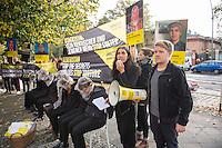 In Berlin protestierten am Dienstag den 21. Oktober 2014 Aktivisten von Amnesty International vor der usbekischen Botschaft gegen Folter in Usbekistan. In Usbekistan ist Folter weit verbreitet. Gefangene werden nach Aussage von Amnesty oft schon bei der Festnahme misshandelt, in der Haft werden sie mit Plastiktueten ueber dem Kopf, mit Nadeln unter den Fingernaegeln oder Elektroschocks gequaelt und zu Gestaendnissen erpresst.<br /> Die Menschenrechtsaktivisten waren symbolisch mit den Haenden auf dem Ruecken gefesselt und hatten Plastiktueten ueber ihren Koepfen. Die Generalsekretaerin von Amnesty Deutschland, Selmin Caliskan (im Bild am Megaphon) wollte  ueber 37.000 Unterschriften gegen Folter uebergeben, der Botschafter verweigerte jedoch einen Termin. Aehnliche Aktionen fanden zeitgleich unter anderem in London, Madrid, Bruessel, Paris und Wien statt.<br /> 21.10.2014, Berlin<br /> Copyright: Christian-Ditsch.de<br /> [Inhaltsveraendernde Manipulation des Fotos nur nach ausdruecklicher Genehmigung des Fotografen.<br /> Vereinbarungen ueber Abtretung von Persoenlichkeitsrechten/Model Release der abgebildeten Person/Personen liegen nicht vor. NO MODEL RELEASE! Don't publish without copyright Christian-Ditsch.de, Veroeffentlichung nur mit Fotografennennung, sowie gegen Honorar, MwSt. und Beleg. Konto: I N G - D i B a, IBAN DE58500105175400192269, BIC INGDDEFFXXX, Kontakt: post@christian-ditsch.de<br /> Urhebervermerk wird gemaess Paragraph 13 UHG verlangt.]