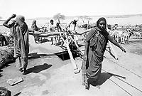 - Northern Sudan, nomadic women at a well in the Libyan Desert....- Sudan settentrionale, donne nomadi ad un pozzo nel Deserto Libico..