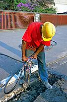 Trabalho com britadeira no asfalto. São Paulo. 2000. Foto de Juca Martins.