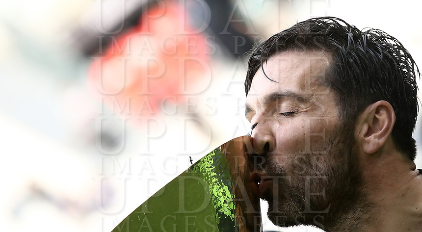 Calcio, Serie A: Juventus - Hellas Verona, Torino, Allianz Stadium, 19 maggio, 2018.<br /> Juventus' Captain and goalkeeper Gianluigi Buffon kisses the trophy during the victory ceremony following the Italian Serie A football match between Juventus and Hellas Verona at Torino's Allianz stadium, 19 May, 2018.<br /> Juventus won their 34th Serie A title (scudetto) and seventh in succession.<br /> Gianluigi Buffon played his last match with Juventus today after 17 years.<br /> UPDATE IMAGES PRESS/Isabella Bonotto
