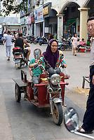 Mutter und Kind auf Motorrad in Sanya auf der Insel Hainan, China