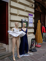 Modegeschäft auf der Einkaufsstraße Mlynska. Kosice, Kosicky kraj, Slowakei, Europa<br /> Dummies in Fashion shop in Kosice, Kosicky krajj, Slovakia, Europe