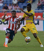 BARRANQUILLA - COLOMBIA -10 -05-2015: MacNelly Torres (Izq.), jugador de Atletico Junior disputa el balón con Jefferson Lerma (Der.) jugador de Atletico Huila durante partido entre Atletico Junior y Atletico Huila por la fecha 1 por la Liga Aguila I 2015, jugado en el estadio Metropolitano Roberto Melendez de la ciudad de Barranquilla. / MacNelly Torres (L), player Atletico Junior vies for the ball with Jefferson Lerma (R) player of Atletico Huila during a match between Atletico Junior and Atletico Huila for the date 19th of the Liga Aguila I 2015 at the Metropolitano Roberto Melendez Stadium in Barranquilla city. Photo: VizzorImage  / Alfonso Cervantes / Str