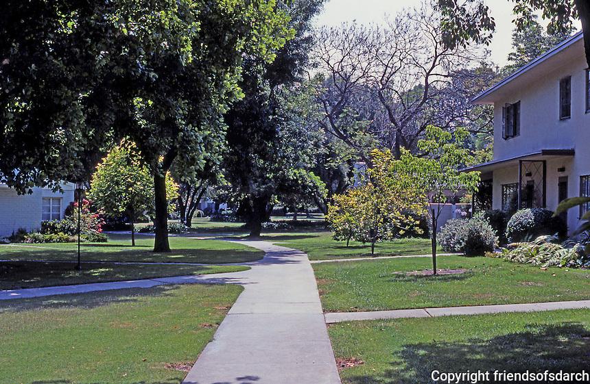 Clarence S. Stein: Baldwin Hills Village, apartment court. Photo '84.