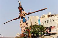 INDIA Mumbai Bombay, girl and her family earn money with street acrobatics at Regal cinema, rope dance / INDIEN Mumbai Bombay, Maedchen und ihre Familie verdient Geld durch Strassenakrobatik am Regal Kino, Seiltanz