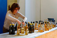 Carmen Vilhena de Castro, Animatrice, Syndicat Professionnel de la Noix du Périgord, présentant les huiles en competition