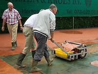 12-8-09, Den Bosch,Nationale Tennis Kampioenschappen, 1e ronde, Bakken water worden van het gravel verwijdert na een hoosbui